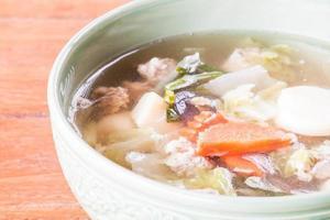 close-up de uma tigela de sopa em uma mesa