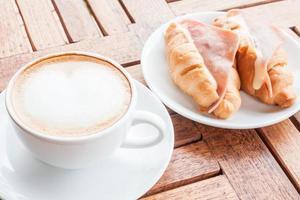 latte com croissants de presunto e queijo foto