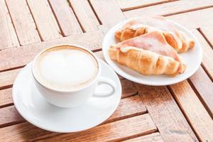 latte com croissants foto