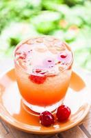 bebida misturada com cerejas foto