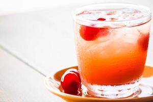bebida de cereja na mesa branca