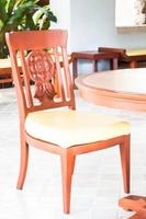 cadeira de madeira em sala ao ar livre