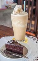 frapê de café e bolo de chocolate