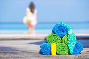 toalhas de praia e protetor solar