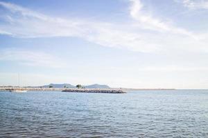 relaxante vista para o mar azul profundo foto