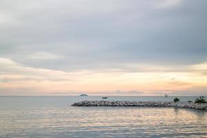 bela vista do pôr do sol no mar foto