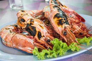 camarões tigre grelhados em um prato foto