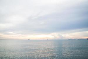 relaxante vista do mar azul profundo foto