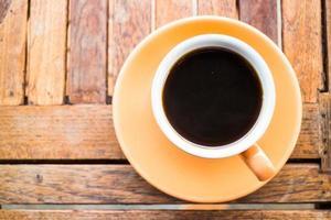 café em uma mesa de madeira