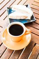 xícara de café quente com sanduíches