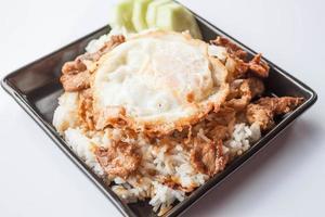 ovo frito e porco em cima do arroz