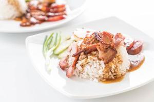 Carne de porco vermelha grelhada em molho com arroz foto
