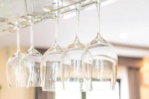 taças de vinho penduradas no bar
