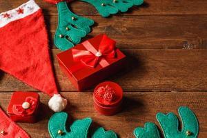 caixa de presente vermelha e chapéu de papai noel foto