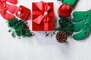 caixa de presente vermelha e decorações de natal