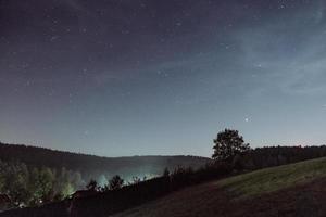 céu estrelado sobre as colinas