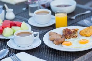 café da manhã na mesa foto