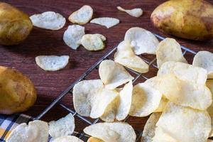 algumas batatas fritas frescas foto
