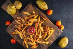 batatas fritas frescas foto