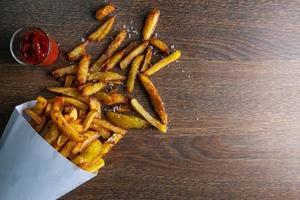 batatas fritas em um saco de papel foto