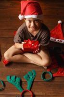 menino com caixa de presente no dia de natal