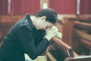 linda mulher asiática orando pela manhã na igreja. foto