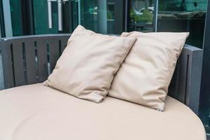 lindo pátio externo luxuoso com travesseiro no sofá
