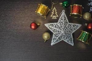 decorações de natal em fundo de madeira foto