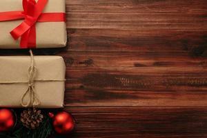 decoração de natal em fundo de mesa de madeira foto