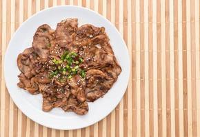 carne de porco grelhada no prato foto