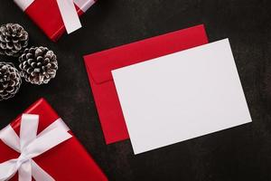 cartão branco em branco e maquete de envelope
