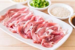 carne de porco fresca cortada foto