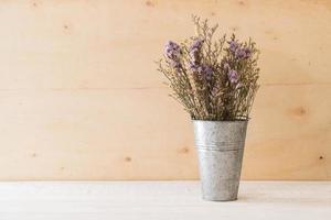 flores statice e caspia em fundo de madeira