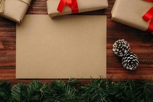 maquete de cartão de feliz natal em papel kraft foto