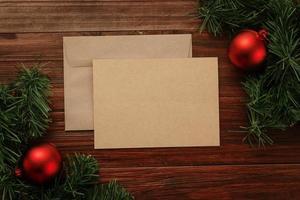 Cartão de feliz natal e maquete de envelope foto