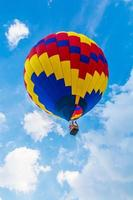 balão de ar quente voando durante o dia