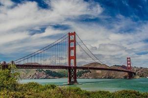 ponte dourada durante o dia
