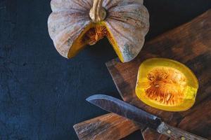 abóbora vegetal cortada ao meio foto