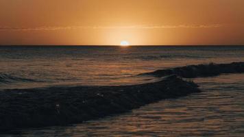 corpo de água durante o pôr do sol foto