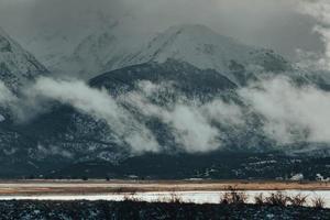 nuvens brancas sobre montanha coberta de neve foto