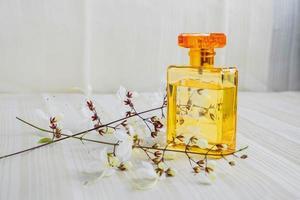 frasco de perfume e flores