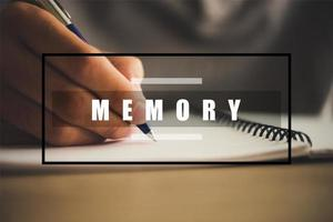 mão com caneta escrevendo no fundo do caderno foto