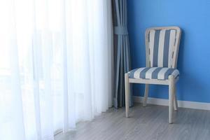 cadeira no chão de madeira