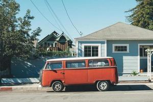 santa cruz, califórnia, 2020 - volkswagen vermelho contra uma casa azul-petróleo