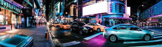 carros na estrada à noite foto