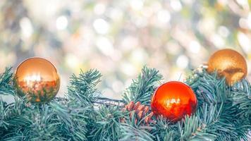 enfeites de natal com luz bokeh desfocada foto