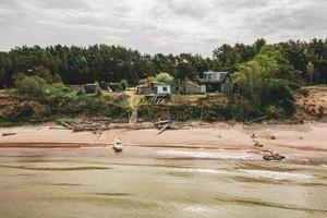 cabana de pescador perto do oceano foto