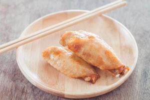 asas de frango e espetos em um prato