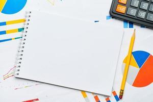 Maquete de bloco de notas com gráficos e tabelas