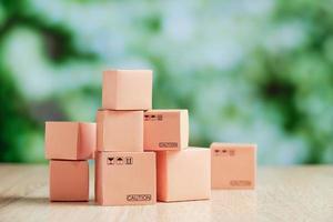 caixas em miniatura em uma mesa